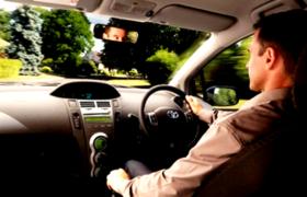 водитель относится к машине